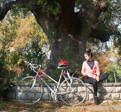 A cat, a girl and her bike in Fenerbahçe Park Source: T. Anjarwalla)